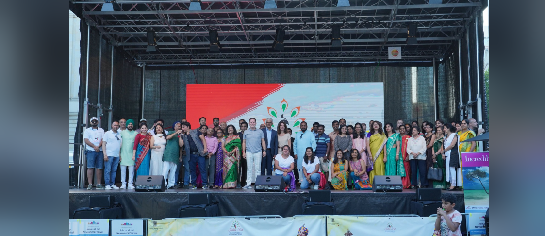 Consul General Ms. Pratibha Parkar thanking members and associations of Indian community, artists. volunteers and the audience after successfully organizing the India Fest 2019 at Rathenauplatz/Roßmarkt, the heart of Frankfurt City on 31 August 2019.